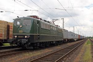 151 124 mit Containerzug in Hamburg