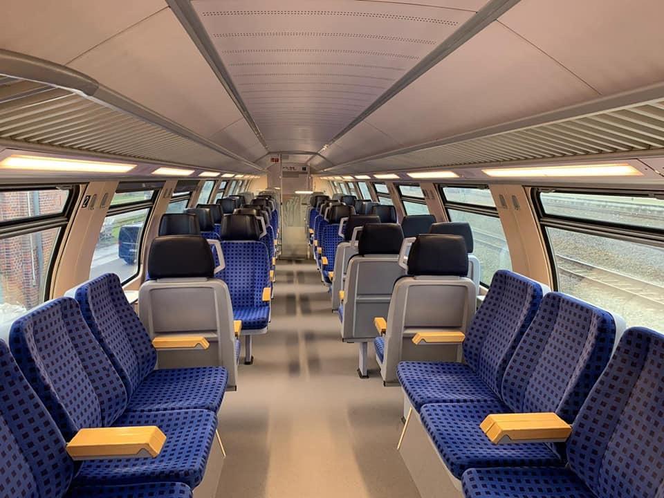 in den Doppelstockwagen findet sich eine großzügige, moderne Sitzlandschaft, alle Wagen haben Steckdosen.