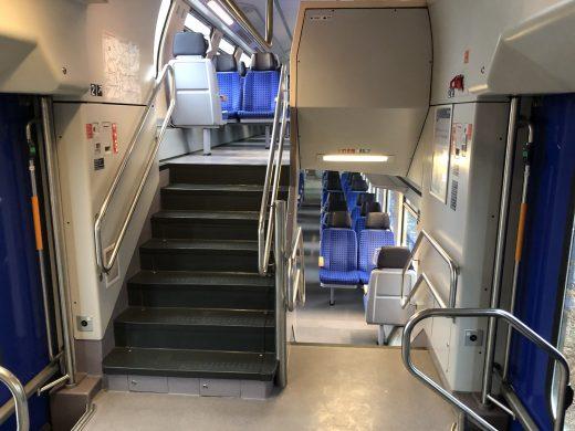 großer Einstiegsbereich mit 2x3 Türspuren pro Wagen und Seite für schnellen Fahrgastwechsel
