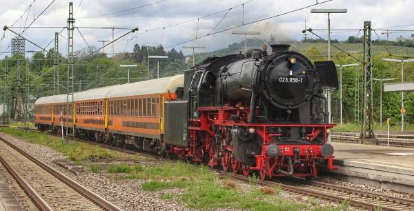 Schnellzugwagen der SRI mit Dampflok überführt