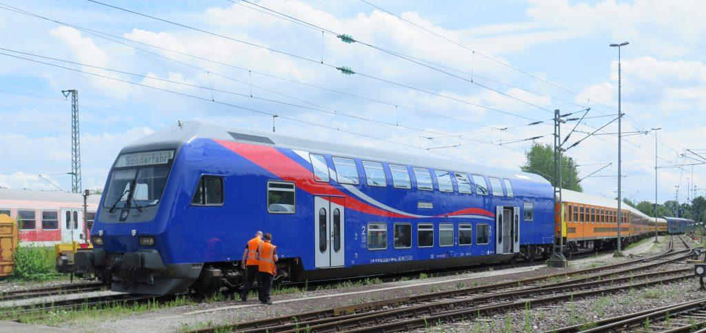 Steuerwagen der SRI in einer 10-Wagen-Einheit und schiebender E-Lok 145 087 am 27.7. nach der Rückkehr von einer Probefahrt.