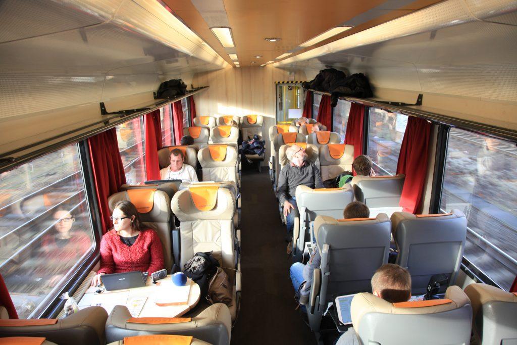 Fernverkehrsqualität: die Ledersitze im Großraumabteil der klimatisierten Wagen finden sich sonst nur im ICE in der 1.Klasse
